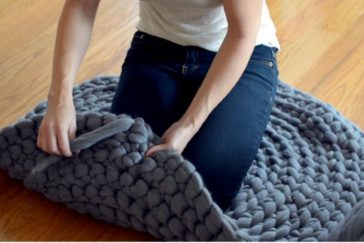 Tricoter avec les bras tapis