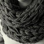 Tricot avec les bras foulard