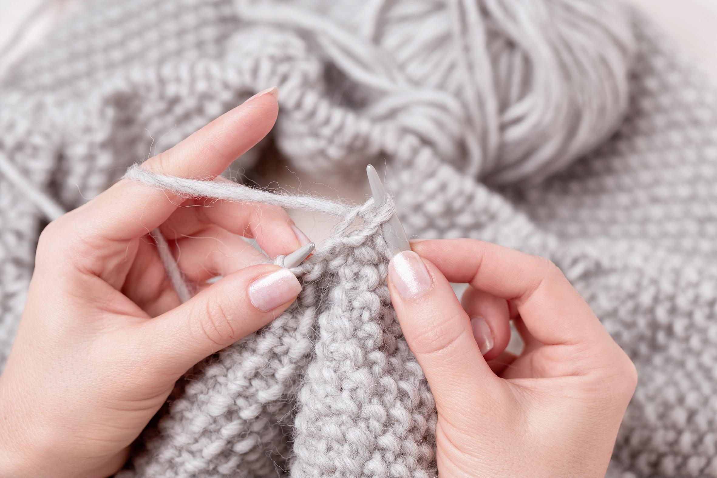 Tricoter avec les mains laine