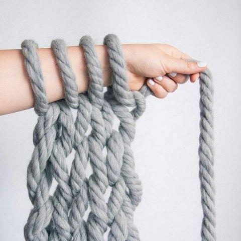Tricoter avec ses bras une couverture