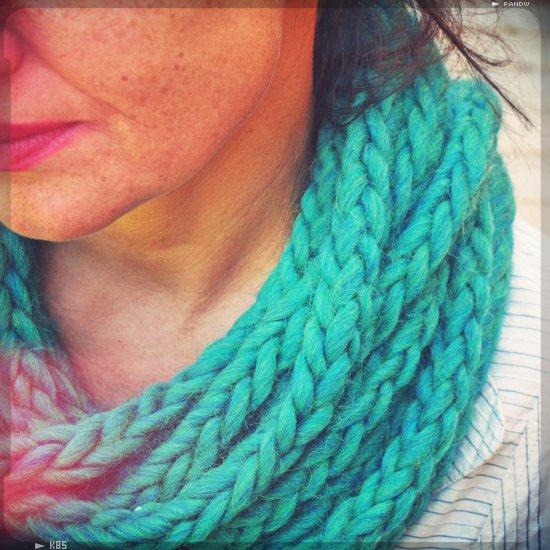Tricoter avec les mains snood